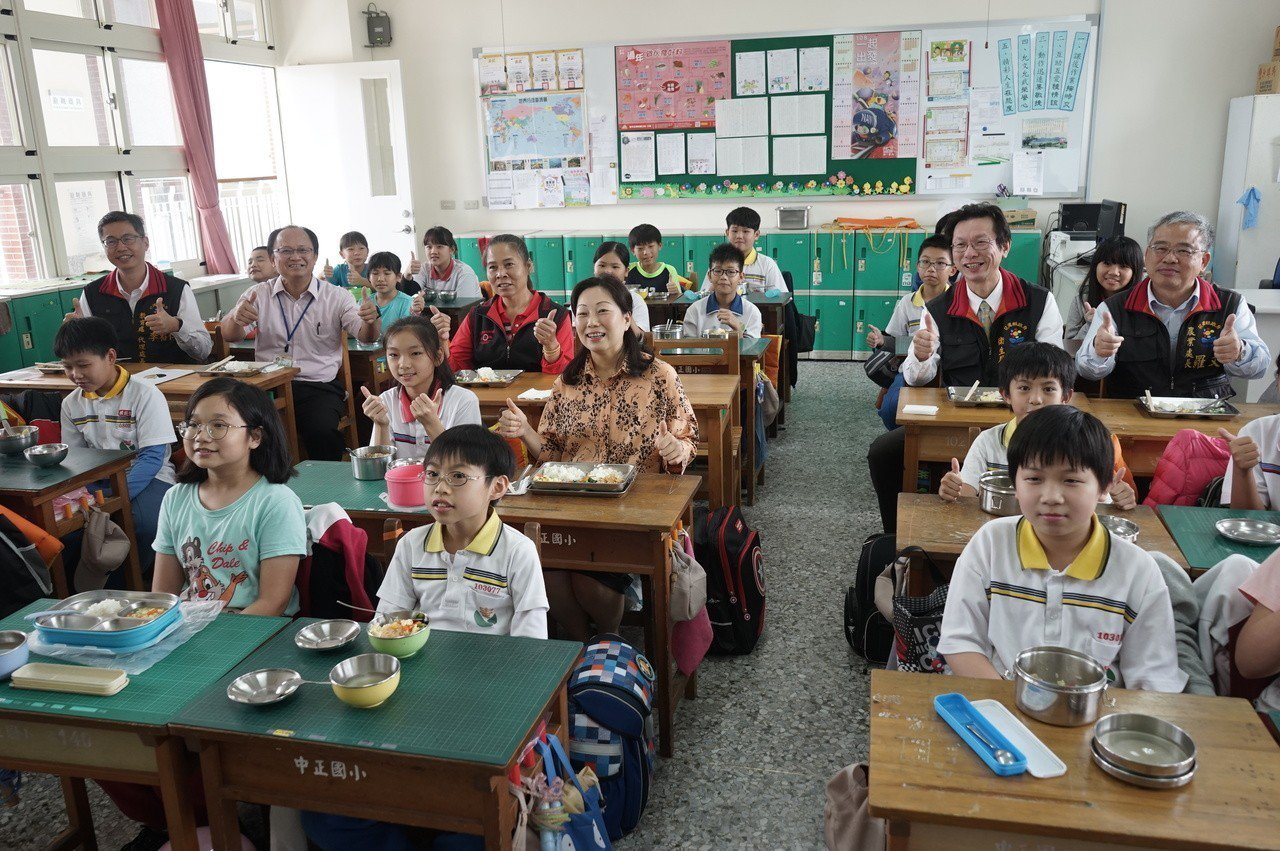 花蓮縣長徐榛蔚昨到中正國小視察學生午餐,並陪學童共進午餐。記者王燕華/攝影