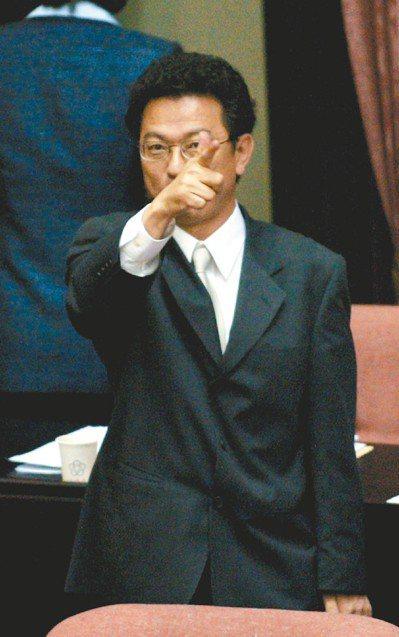 葉國興當新聞局長時,「經典之作」是在立院對著記者作出開槍的手勢。本報資料照片