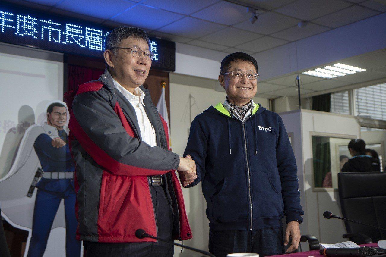 新北市與台北市的雙北論壇今在瑞芳高工舉辦,新北市長侯友宜因為腰傷缺席,台北市長柯...