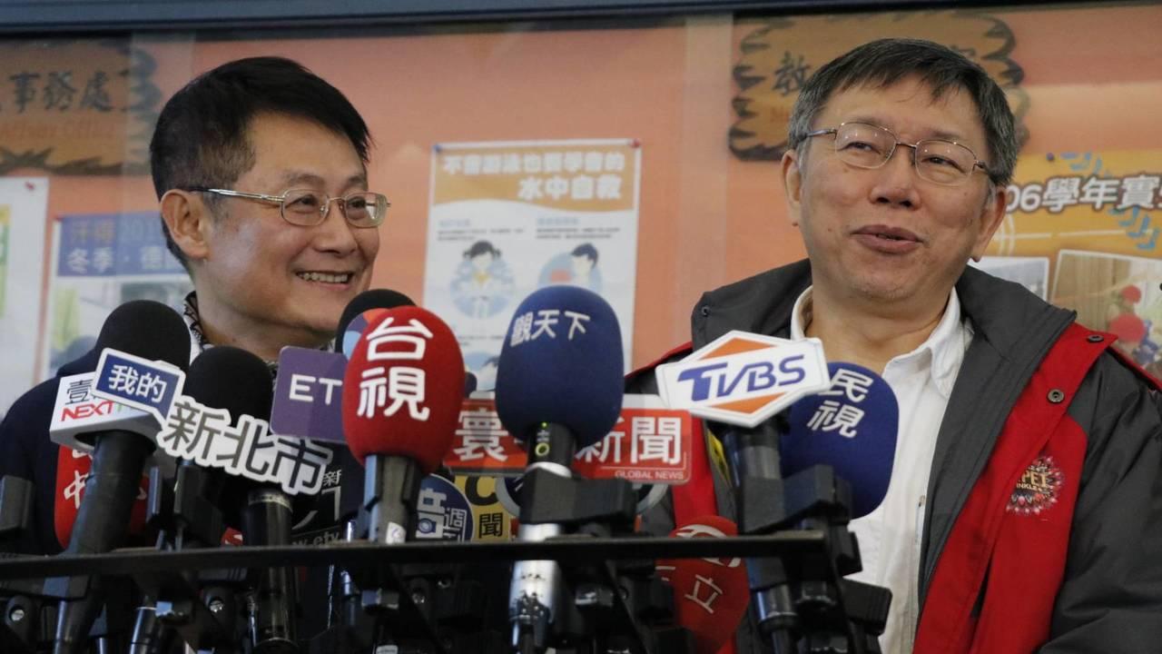 台北市長柯文哲(右)被問到都與國民黨縣市合作?柯文哲說,22縣市民進黨沒剩下幾個...