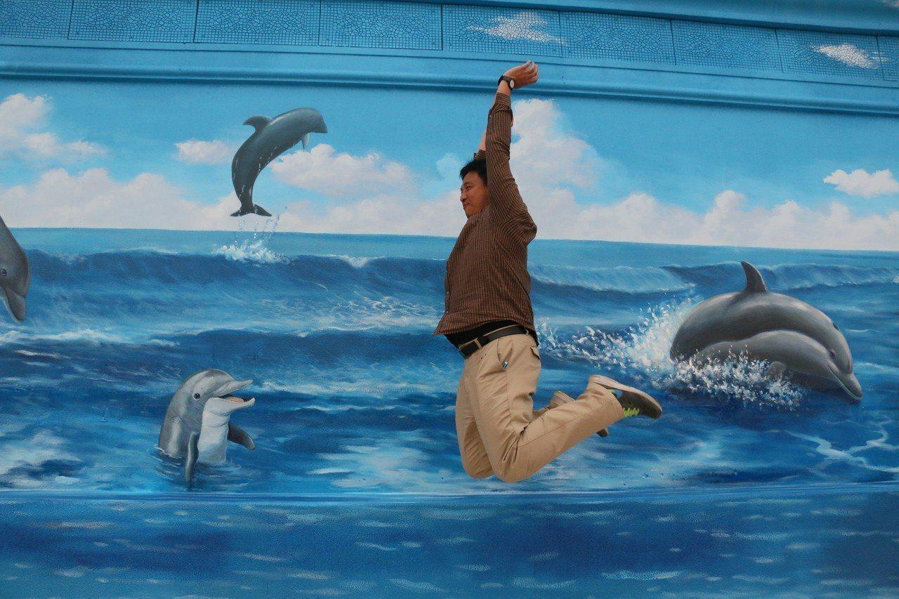 花蓮遠雄海洋公園在親子戲水池以3D彩繪可愛的海豚,成為新的打卡景點。圖/海洋公園...