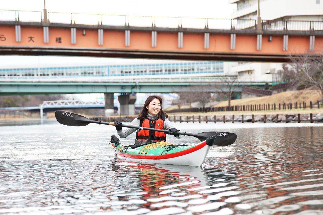 泛舟於16世紀的江戶古河道,是另一種賞櫻體。圖/Airbnb提供