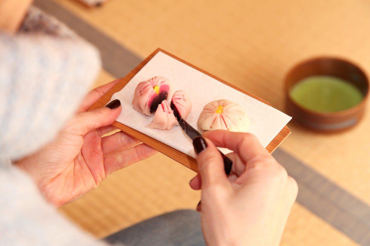 Airbnb料理體驗教你如何將美美櫻花融入精美日式糕點。圖/Airbnb提供