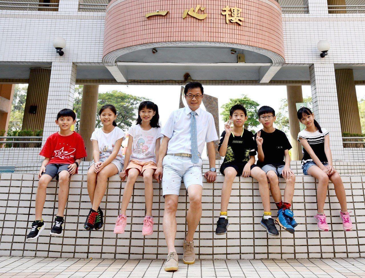 高雄市新上國小校長王彥嵓穿著短褲短袖上班,小朋友覺得校長跟自己「同一國」的。記者...