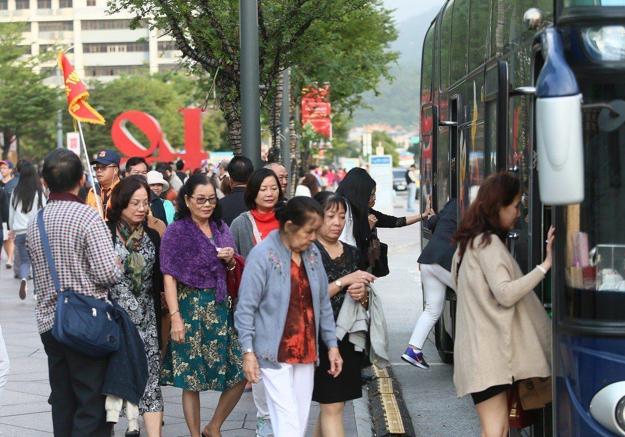 陸委會預告將修正「兩岸人民關係條例」,放寬還沒領到身分證、經許可在台灣地區長期居...