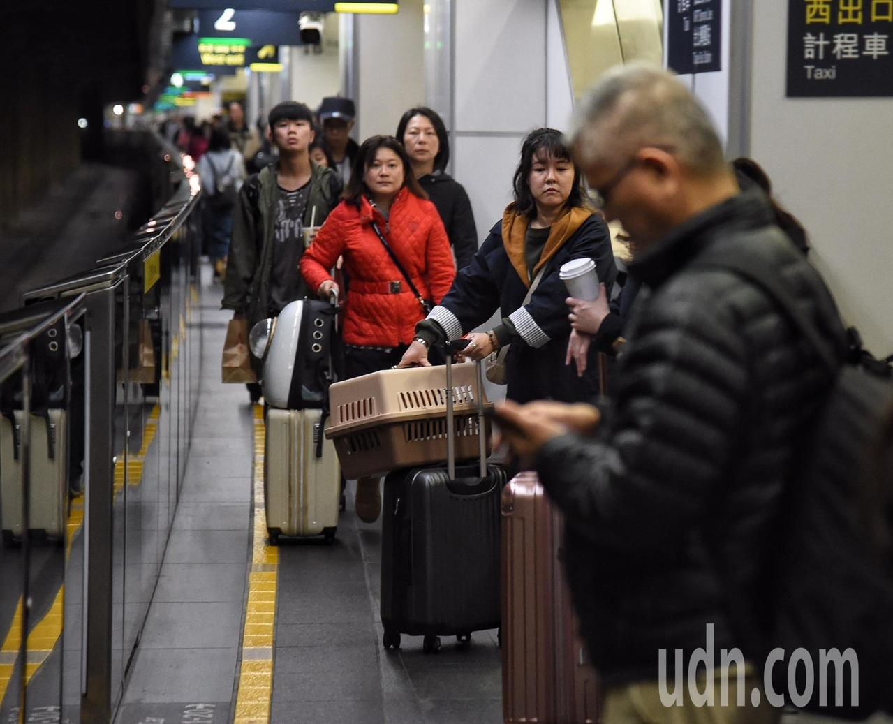 台灣高鐵公司配合政府「新南向政策」,積極拓展台灣與東南亞等地海外旅遊市場,與馬來...
