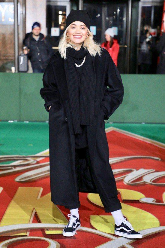 芮塔歐拉在紐約排練感恩節活動時身穿經典黑色101801大衣。圖/Max Mara...