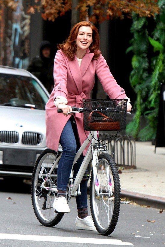 安海瑟薇在紐約拍攝新片時穿著粉色大衣相當俏皮可愛。圖/Max Mara提供