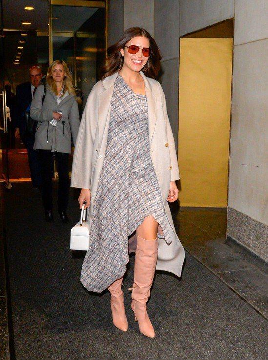 曼蒂摩爾在紐約的外出服搭喀什米爾大衣,帥氣悠閒。圖/Max Mara提供