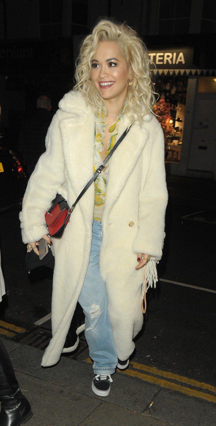 女歌手芮塔歐拉身穿2018秋冬白色Teddy Bear大衣現身倫敦。圖/Max ...