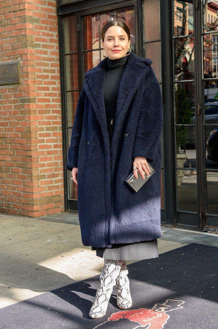 蘇菲亞布希穿著Teddy Bear大衣甚為貴氣。圖/Max Mara提供