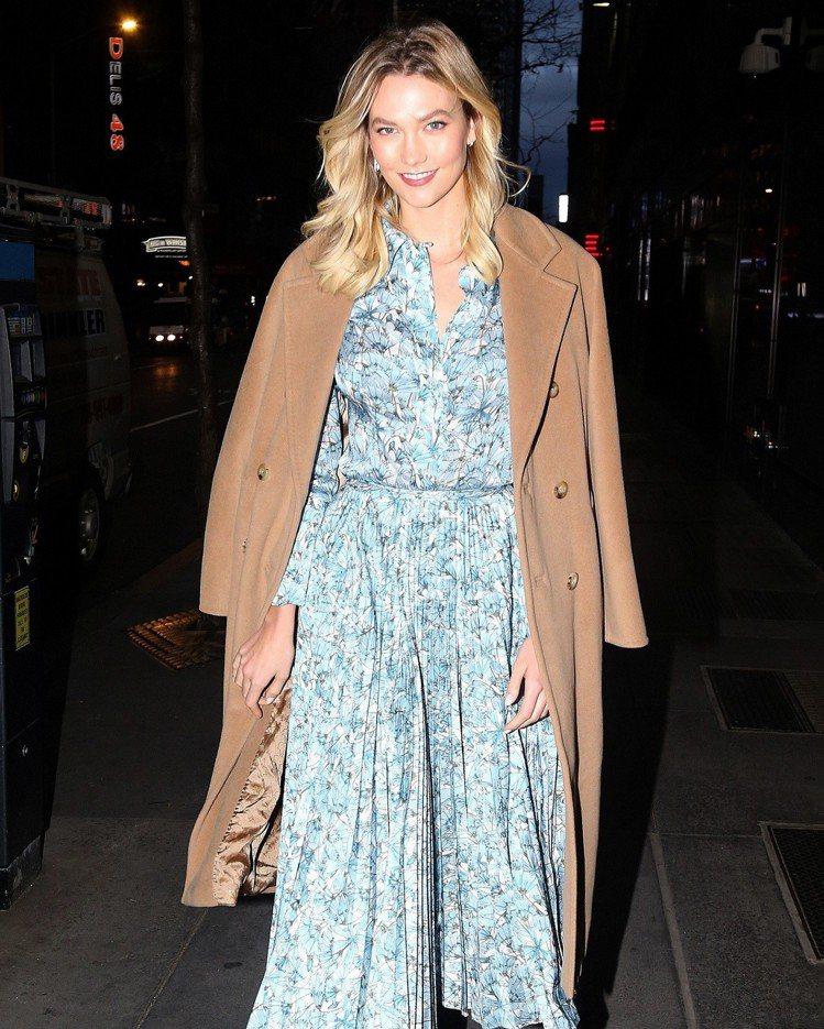 卡莉克勞斯之前在紐約看秀穿著印花裙和經典駝色101801大衣,仍是超模氣場。圖/...