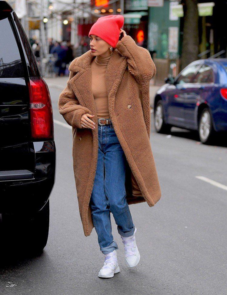 海莉鮑德溫在紐約的外出服將Teddy Bear大衣穿得俐落。圖/Max Mara...