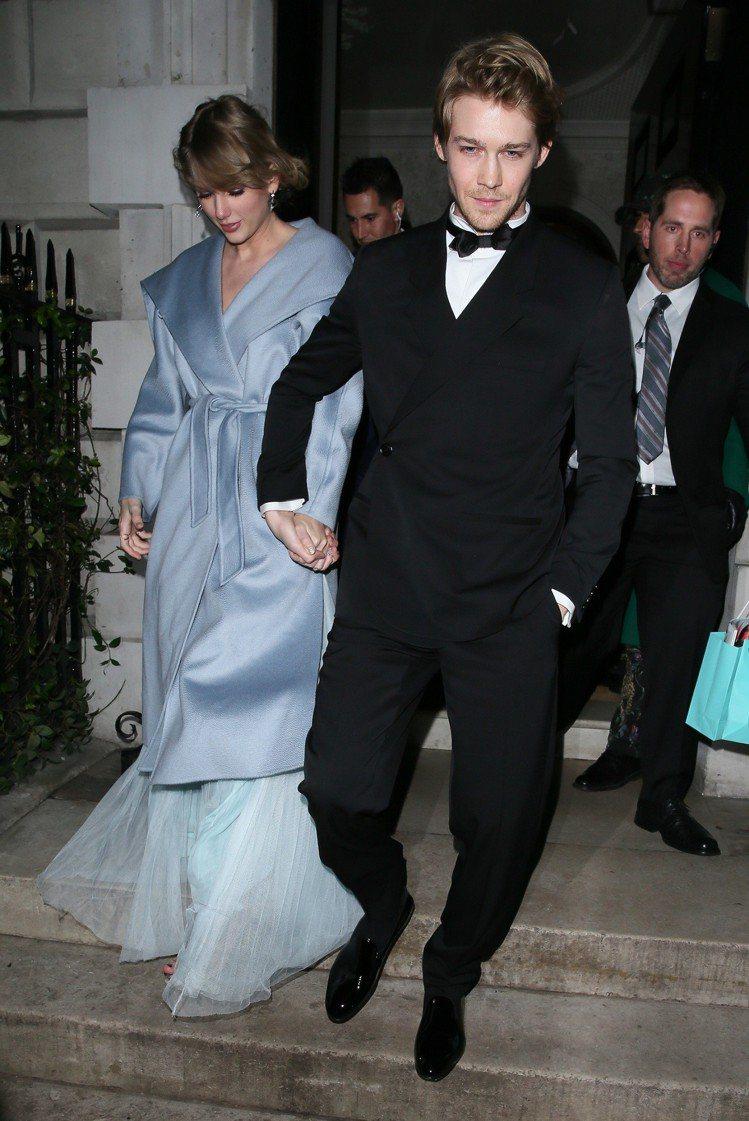 泰勒絲曬愛身穿氣質絕佳的Max Mara Gail大衣。圖/Max Mara提供