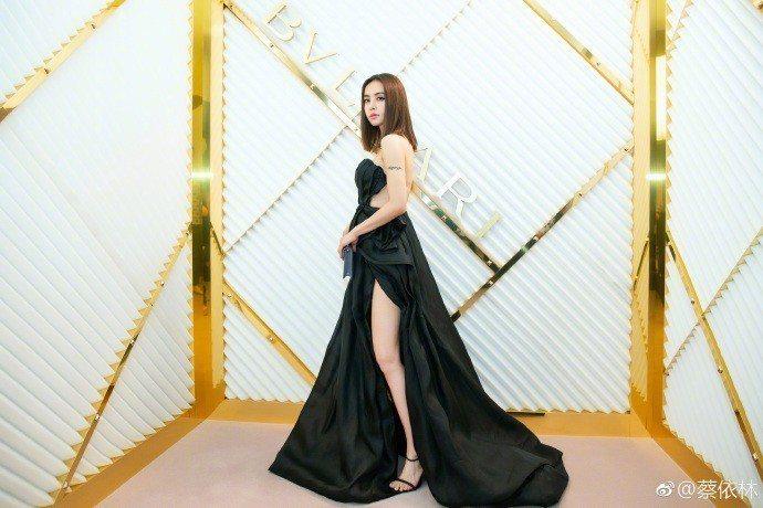 蔡依林身著黑色開衩露背禮服。圖/摘自微博