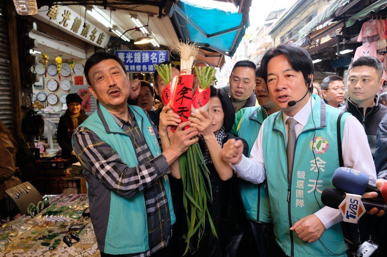 賴清德今天上午陪同余天進行市場掃街。記者張曼蘋/攝影