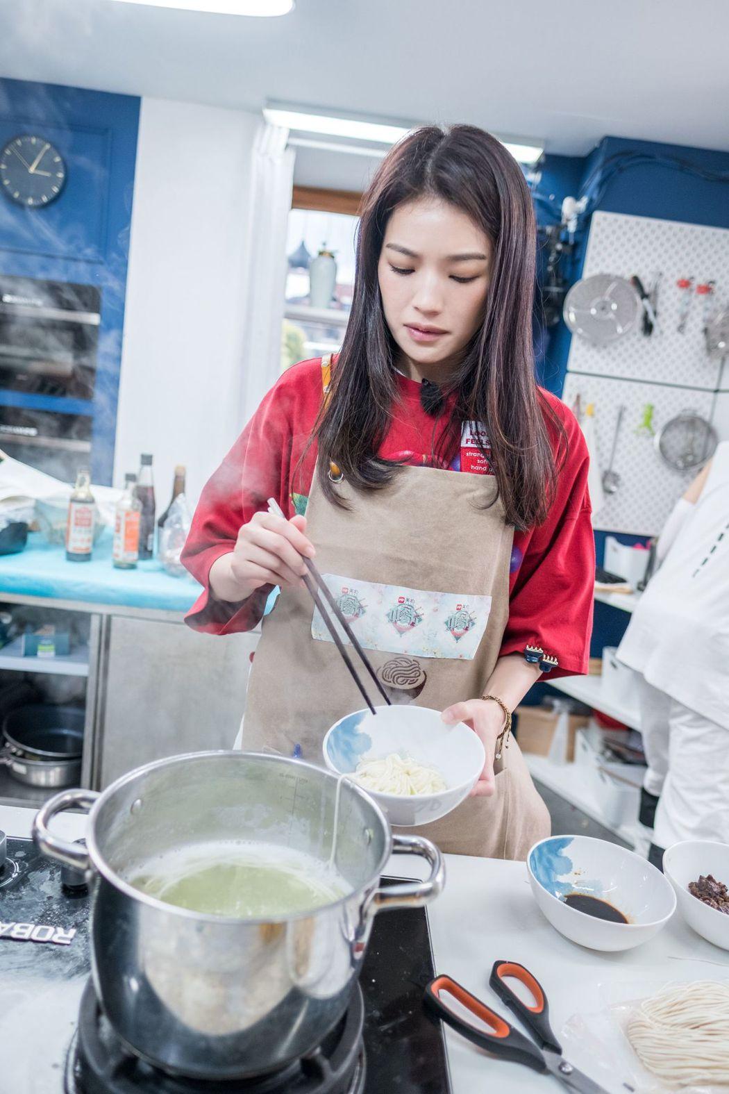 舒淇煮茶葉蛋凸槌。圖/中天提供