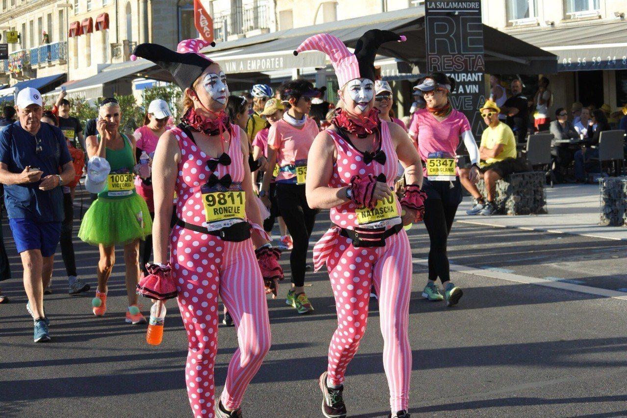 法國梅鐸紅酒馬拉松特色之一,就是跑者多會穿著奇裝異服參賽。圖/東南旅遊提供