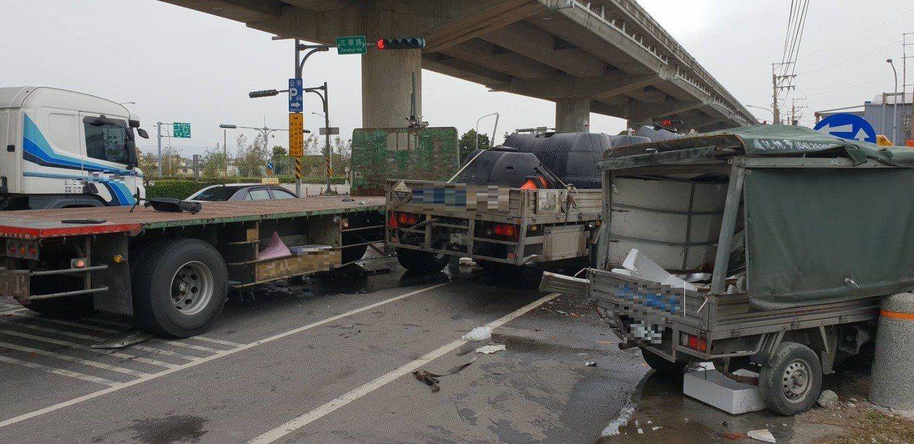載運液鹼及稀硫酸的大貨車,疑似煞車不及連環追撞3車,造成化學液體外洩。記者余采瀅...