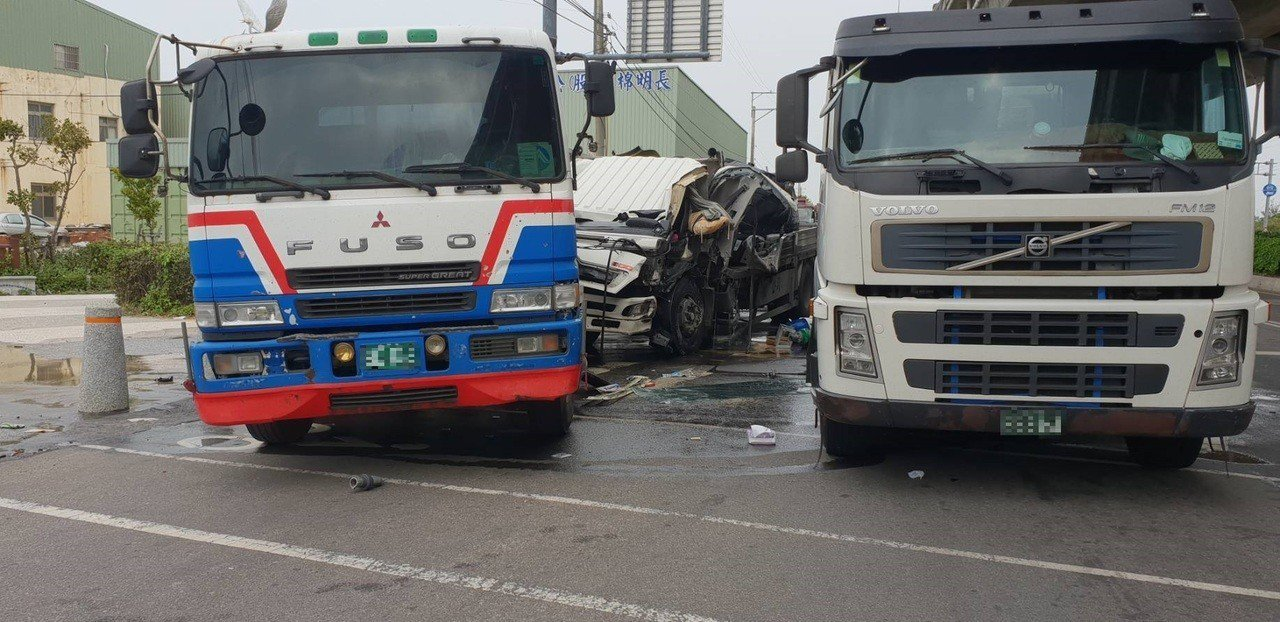 台中市清水區三順路與港埠路口,今天中午12時許發生連環追撞車禍。記者余采瀅/翻攝
