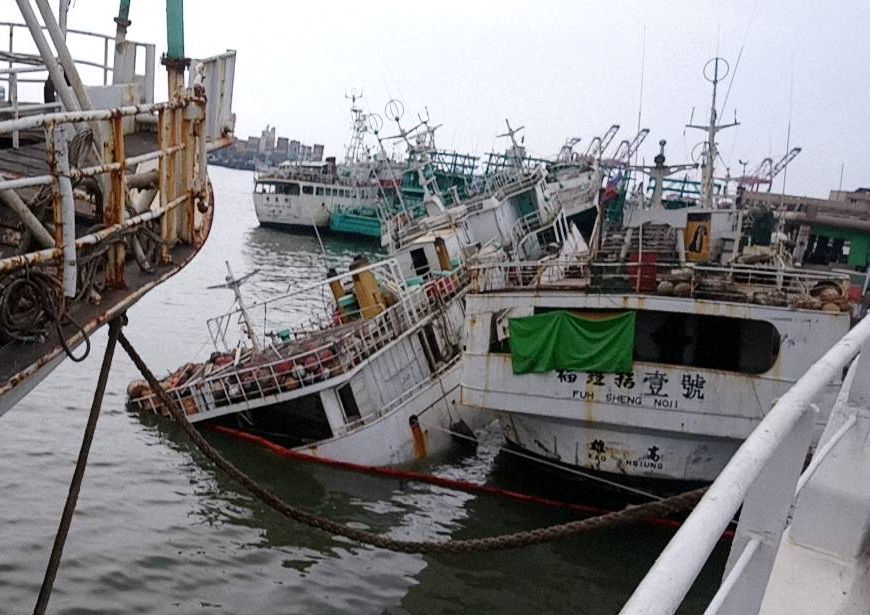 泊靠高雄前鎮漁港的永慶發688號今天因船底板破洞,船身傾斜,險些沈船。記者林保光...