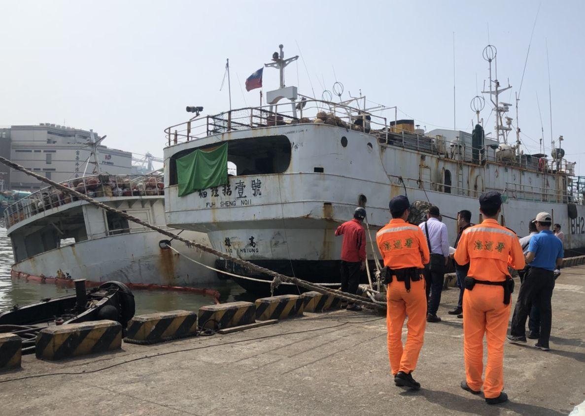 永慶發688號漁船(左側漁船)在前鎮漁港險些沈船。記者林保光/翻攝