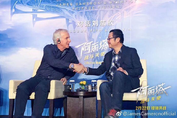 「艾莉塔:戰鬥天使」監製詹姆斯卡麥隆(左)日前出席北京宣傳活動,並與「流浪地球」...
