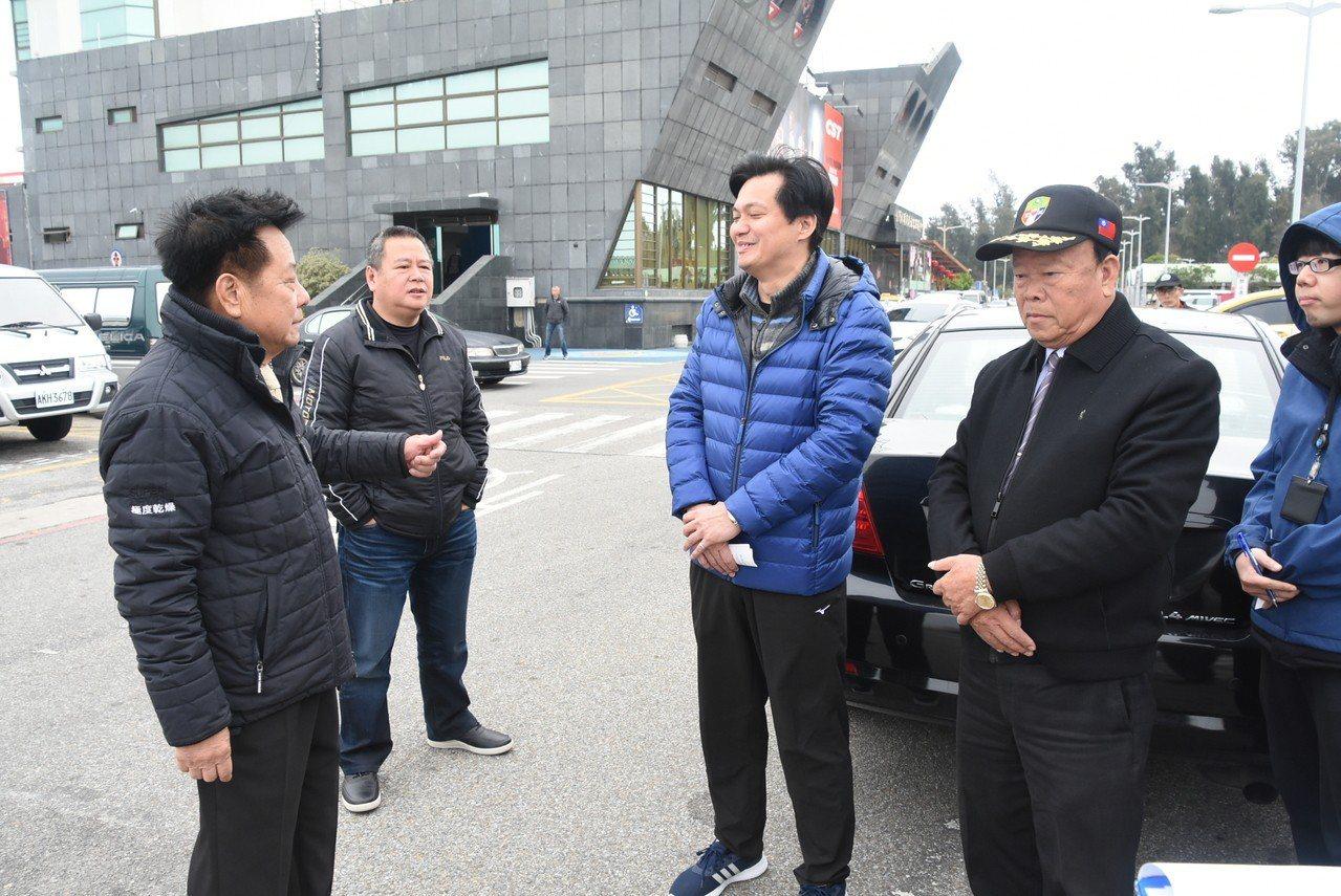 金門縣議長洪允典(左一)、議員洪成發(右二)、洪鴻斌(左二)等人到烈嶼通勤停車場...