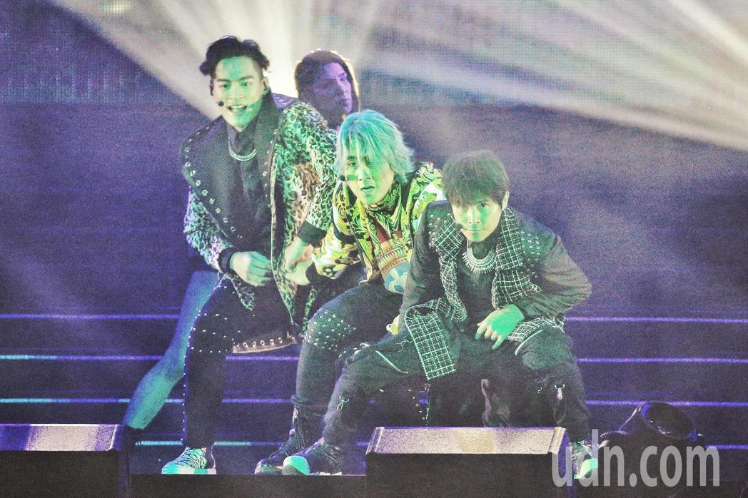 5566晚上在台北小巨蛋舉行演唱會,演唱多首經典歌曲。記者林伯東/攝影