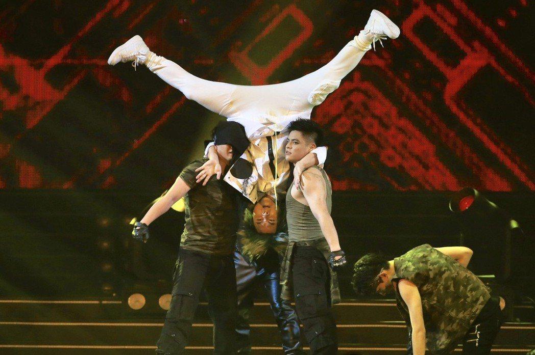 王仁甫在舞者協助下完成倒立特技。記者林伯東/攝影
