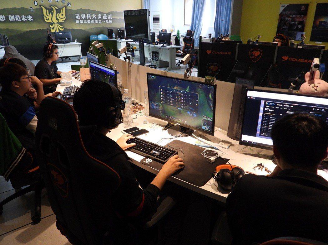 遠東科大電競專業教室有企業贊助軟硬體器材,學生有標準設施隨時可上練習。記者周宗禎...