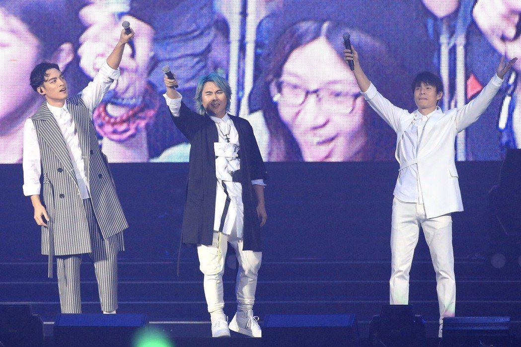 許孟哲(左起)、王仁甫和孫協志無預警宣布演唱會結束。記者林伯東/攝影