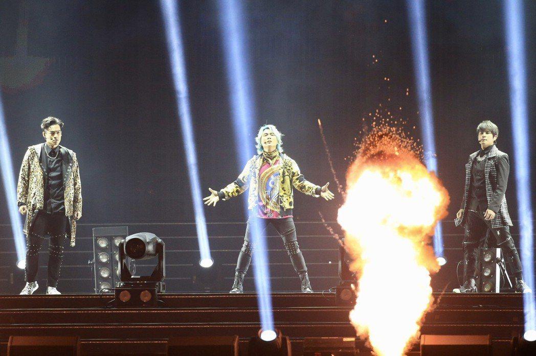 5566演唱會有許多爆破煙火特效。記者林伯東/攝影
