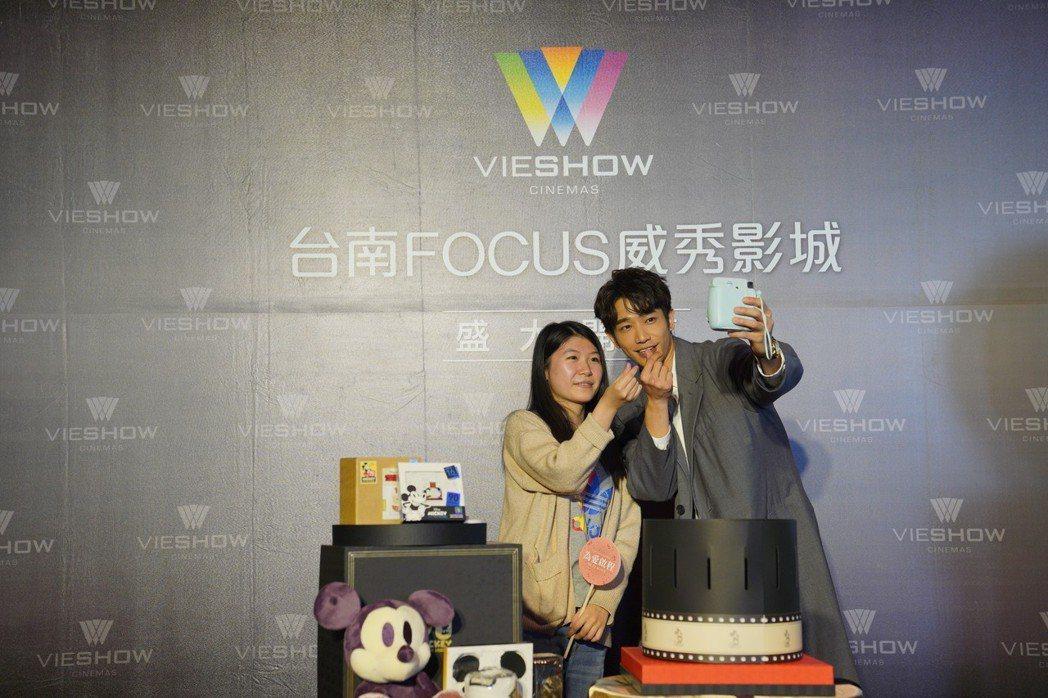 劉以豪出席台南FOCUS威秀影城公益拍賣會,和粉絲玩自拍。圖/威秀影城提供