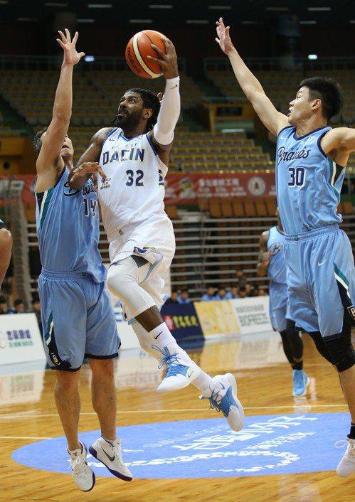 達欣隊梅奧(中)連兩戰未有三分球進帳,但今天仍拿下全隊最高的20分。圖/中華籃球...