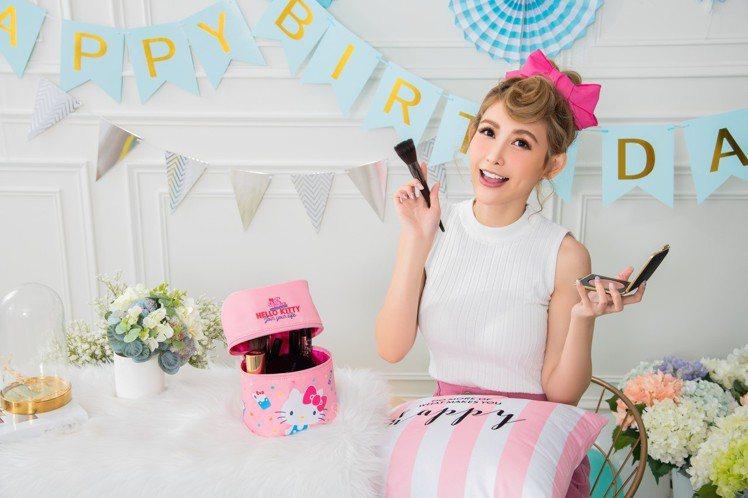 Hello Kitty 45周年圓筒化妝包容量更大,四周鬆緊夾層方便收納瓶瓶罐罐...