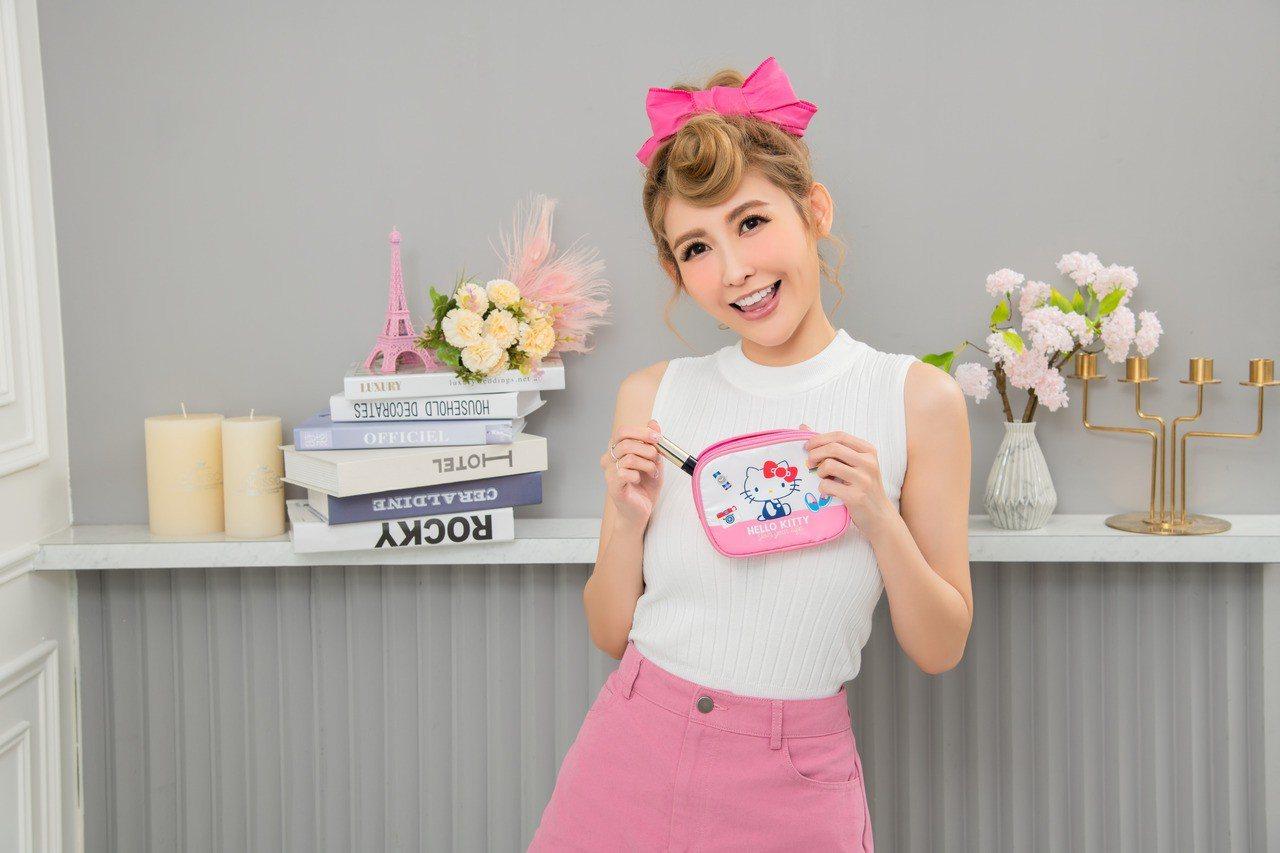 Hello Kitty 45周年經典萬用包可收納卡片、票券、零錢,也可當做鑰匙包...