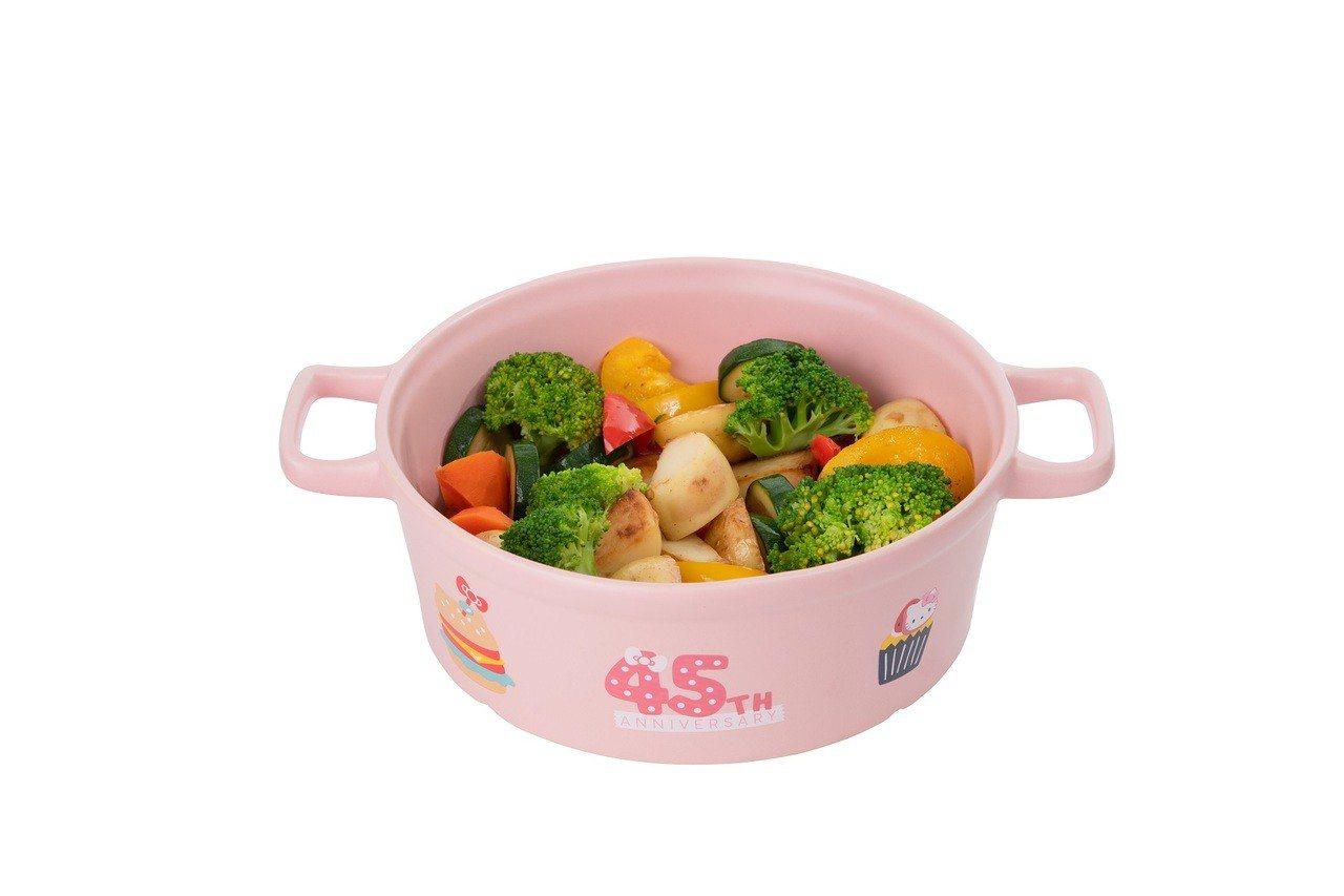 Hello Kitty 45周年烹飪小陶鍋,加購價799元,限量7,000個。圖...