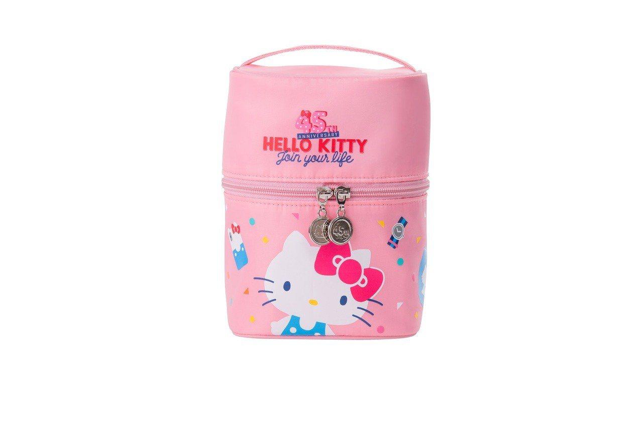 Hello Kitty 45周年圓筒化妝包,加購價199元,限量10,000個。...