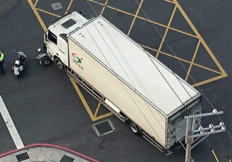 大貨車轉彎時有視線死角,最易發生碰撞車禍。 圖/取自臉書爆料公社