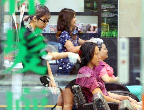 美容美髮業是長工時、低薪代表產業。 報系資料照