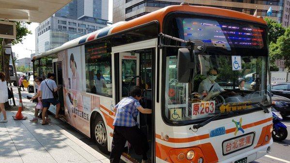 公車客運業者工時雖長,但收入頗豐。 報系資料照