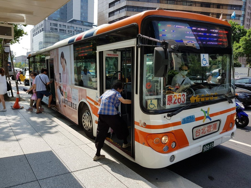公車客運業者工時雖長,但收入頗豐。圖/聯合報系資料照片
