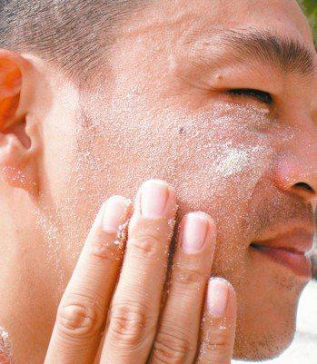 臉越洗越乾淨?醫師表示,過度洗臉、深度去角質,反而會影響肌膚的保水功能,讓缺水的...