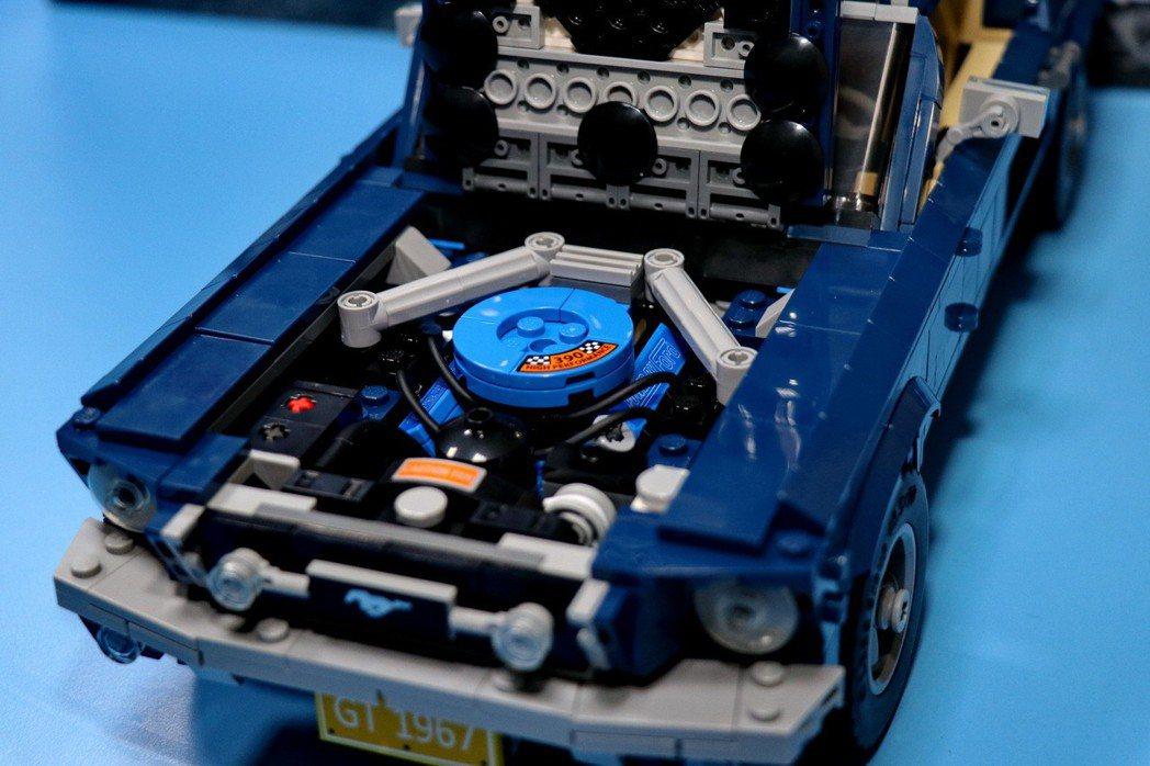 打開引擎蓋可以端詳精緻的大型390 V8引擎及其電池、軟管和空氣濾清器。 記者陳...