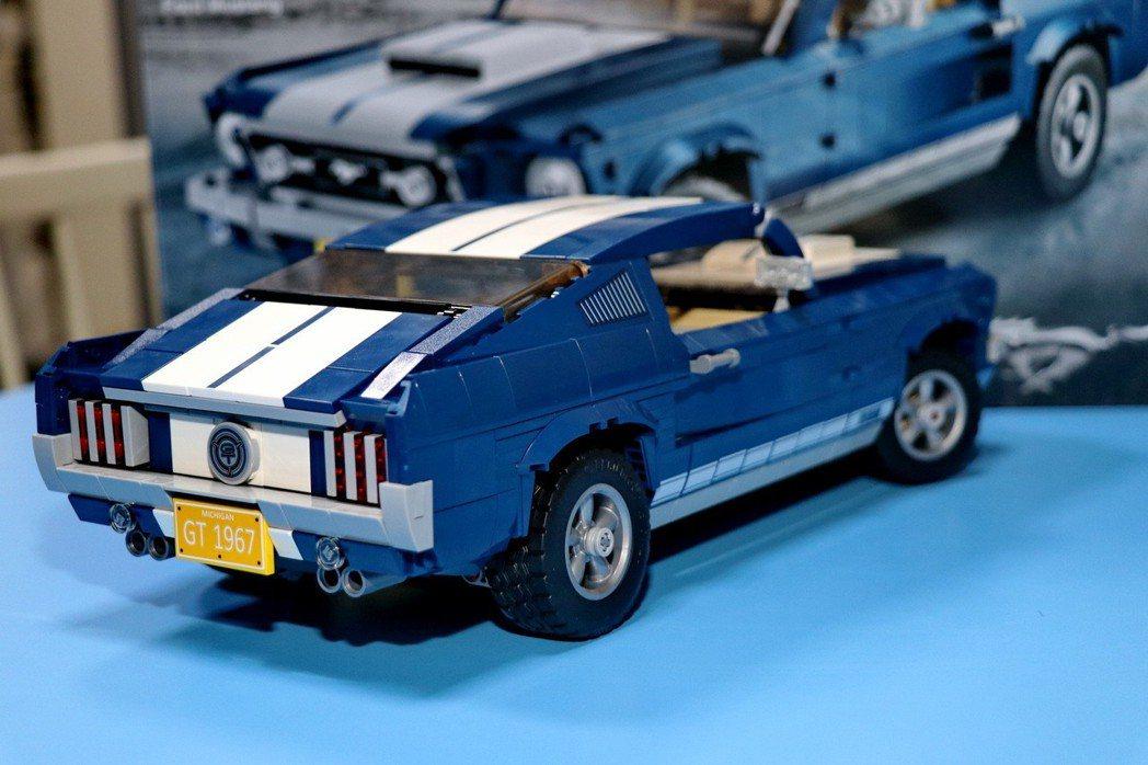 車尾保留了經典的雙邊四出尾管、斜背式設計及三道格柵式尾燈設計。 記者陳威任/攝影