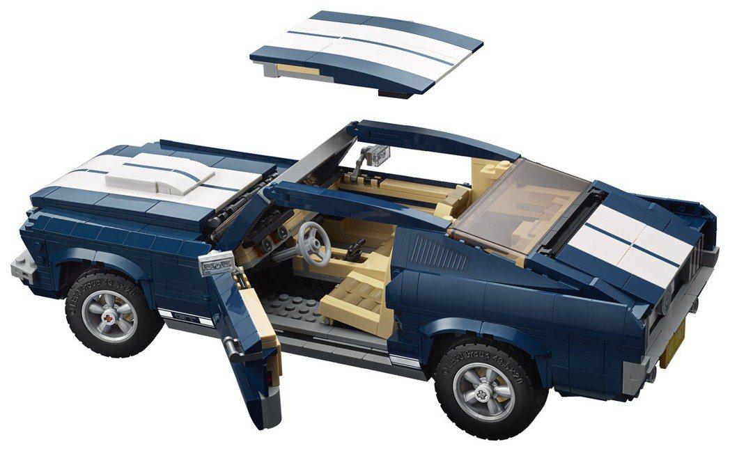 將車頂蓬移去就成為敞篷跑車。 圖/Lego提供