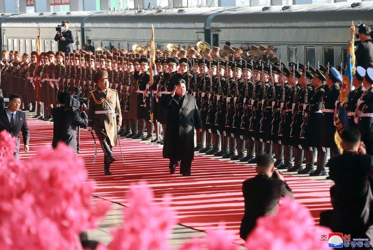 越南官員表示,北韓領導人金正恩可能會到越南北寧省和海防市參觀。圖為金正恩23日搭...