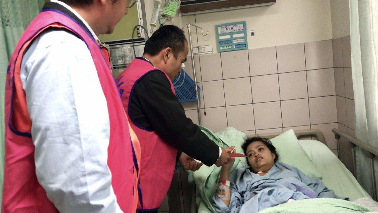 菲律賓籍看護阿寶因身體不適住院,向陽慈善會捐款幫助她回家。圖/田中鎮公所提供