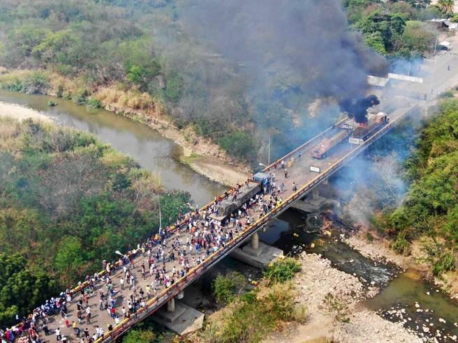 委內瑞拉反對派抗試圖強行護送美國救援物資入境,在委國和哥倫比亞之間的桑坦德大橋上...